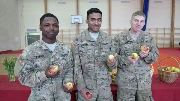 Żołnierze armii Stanów Zjednoczonych wcinają polskie jabłka - Sputnik Polska