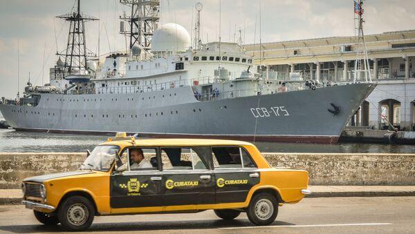 Łada produkcji radzieckiej na tle rosyjskiego okrętu wywiadowczego SSW-175 Wiktor Leonow. Kuba. - Sputnik Polska