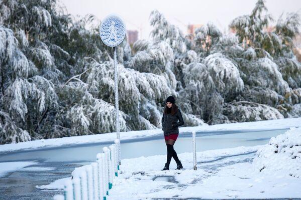 Dziewczyna podczas śnieżnej pogody na ulicy Omska - Sputnik Polska