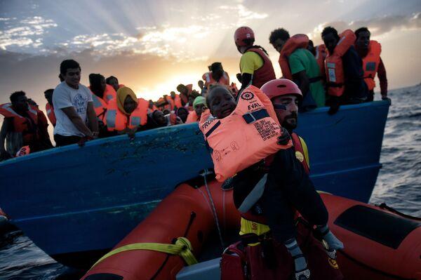 Uratowanie dziecka z tonącego statku z migrantami na Morzu Śródziemnym - Sputnik Polska