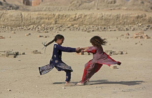 Afgańskie dziewczęta bawią się na ulicy w Kabulu, Afganistan - Sputnik Polska