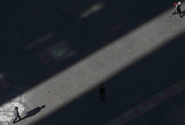 Śpieszący się ludzie na jednej z londyńskich ulic - Sputnik Polska