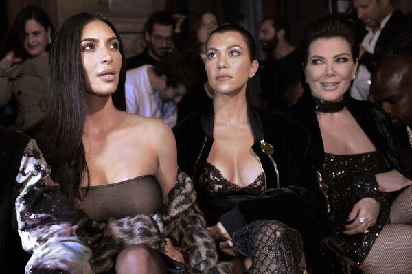 Kim Kardashian z siostrami na pokazie nowej kolekcji Off-white sezonu Wiosna/Lato 2017 w Paryżu - Sputnik Polska