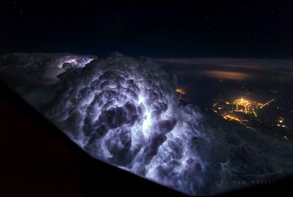 Zdjęcie nieba wykonane przez pilota z kokpitu samolotu pasażerskiego - Sputnik Polska
