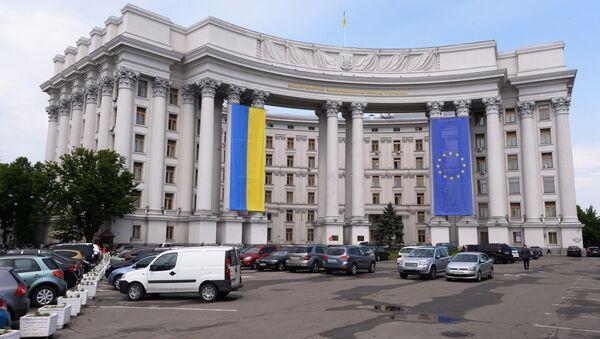 Budynek Ministerstwa Spraw Zagranicznych Ukrainy z narodową flagą Ukrainy i flagą UE na elewacji - Sputnik Polska
