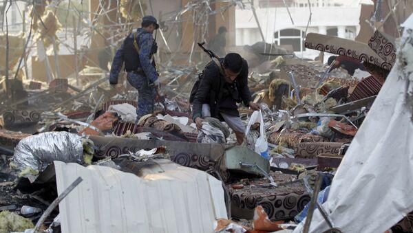 Jemeńczycy wśród ruin po ostrzale przez saudyjskie lotnictwo żałobników w mieście Sana - Sputnik Polska