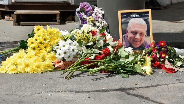 Kwiaty i znicze na miejscu zabójstwa dziennikarza Pawła Szeremeta w Kijowie - Sputnik Polska