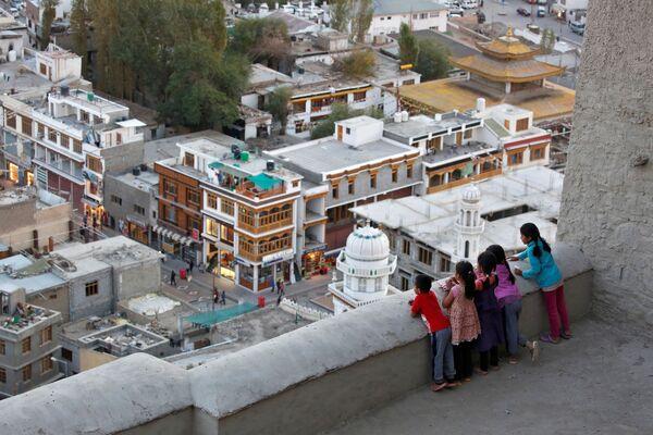 Dzieci patrzą w dół z dachu pałacu w mieście Leh, Himalaje - Sputnik Polska