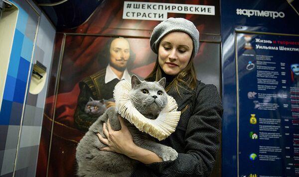 W jednym z wagonów pociągu można zobaczyć portret Szekspira, trzymającego na rękach kota o żółtych oczach. - Sputnik Polska