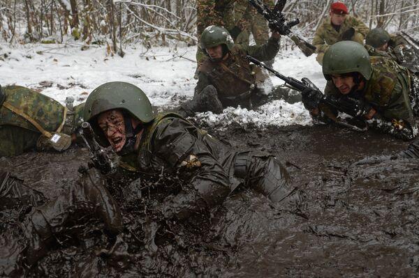 Większość etapów pretendenci pokonują z ekwipunkiem bojowym o wadze około 20 kg. - Sputnik Polska