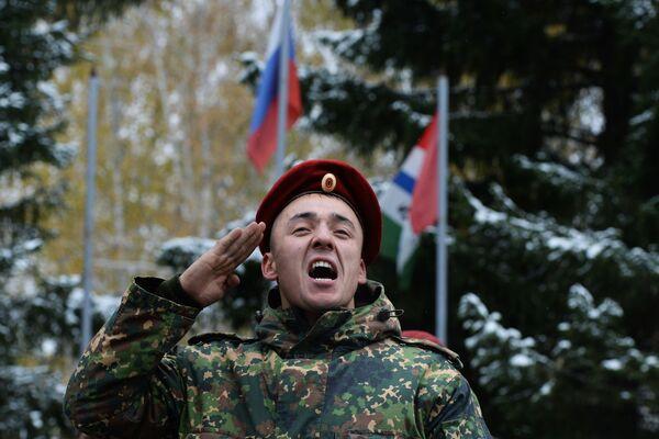 """Wręczenie czerwonego beretu odbywa się w uroczystej atmosferze na apelu całej jednostki wojskowej.  Żołnierz, który pomyślnie przeszedł wszystkie testy otrzymuje beret i klęka na prawe kolano, całuje beret, zakłada go na siebie, odwraca się do szeregu, przykłada rękę do beretu i głośno wypowiada słowa: """"Służę Federacji Rosyjskiej i specnazowi!"""". - Sputnik Polska"""