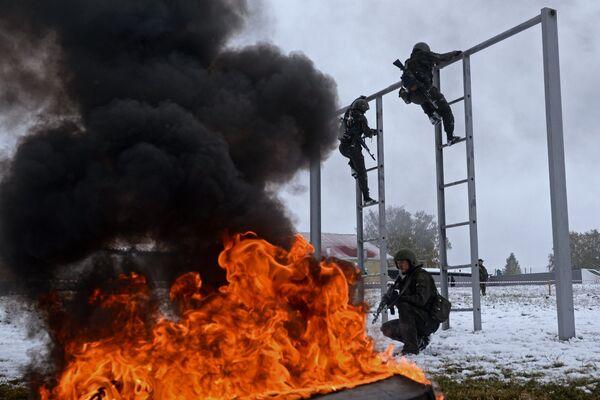 Jeden z najtrudniejszych etapów to pas ogniowo-szturmowy. Właśnie tutaj odpada większość pretendentów do czerwonych beretów. - Sputnik Polska
