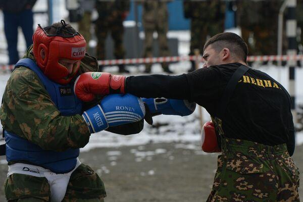 Testy kończą cztery rundy walki wręcz. Pojedynek prowadzony jest w ciągu 12 minut bez przerwy ze zmianą trzech partnerów, z których jeden jest takim samym pretendentem, a pozostali to żołnierze specnazu. - Sputnik Polska