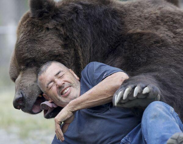 Jim Kowalczik bawi się z niedźwiedziem Jimbo w schronisku dla osieroconych dzikich zwierząt w Otisville, w stanie Nowy Jork, USA - Sputnik Polska