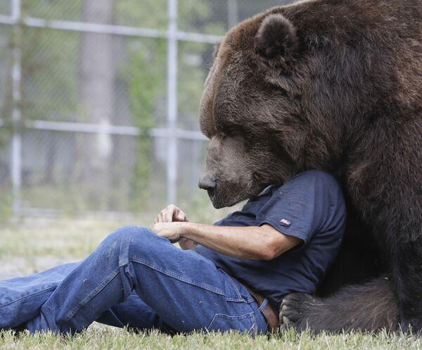 Jim Kowalczik z niedźwiedziem Jimbo w schronisku dla osieroconych dzikich zwierząt w Otisville, w stanie Nowy Jork, USA - Sputnik Polska
