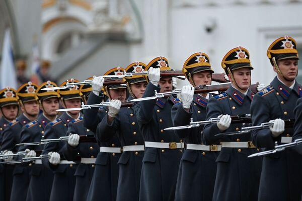 Zazwyczaj ceremonie zmiany pieszej i konnej warty Pułku Prezydenckiego odbywają się od maja do września włącznie. - Sputnik Polska