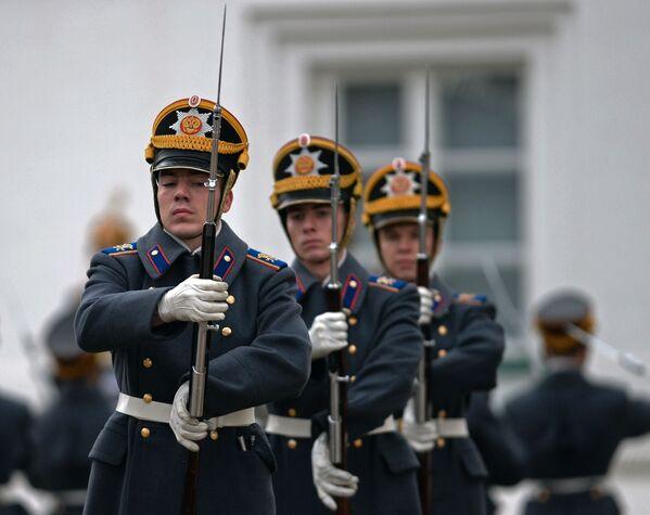 Żołnierze Pułku Prezydenckiego podczas ceremonii zmiany pieszej i konnej warty na placu Katedralnym Moskiewskiego Kremla. - Sputnik Polska