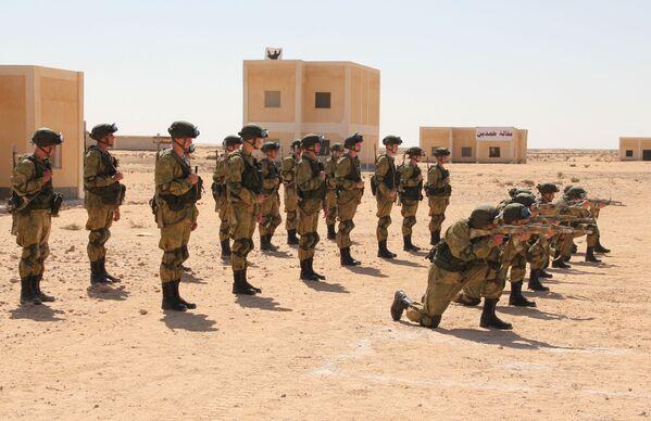 - Przedstawiciele strony egipskiej podkreślili, że zajęcia prowadzone są na wysokim poziomie, rosyjscy żołnierze są dobrze przygotowani i wyekwipowani. Egipscy spadochroniarze, którzy uczestniczyli w naszych zajęciach, uzyskali cenne informacje w zakresie specyfiki użycia naszych jednostek podczas szturmu budynków – powiedział zastępca dowódcy rosyjskiego kontyngentu ds. działań praktycznych pułk. Giennadij Brukman. - Sputnik Polska