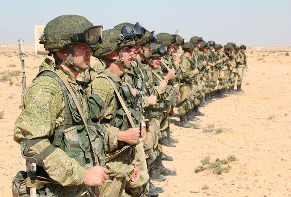 Rosyjscy żołnierze muszą sobie radzić w trudnych warunkach klimatycznych Afryki. - Sputnik Polska