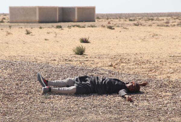 Zajęcia odbywają się w pełnym rynsztunku bojowym przy wysokich pustynnych temperaturach. - Sputnik Polska