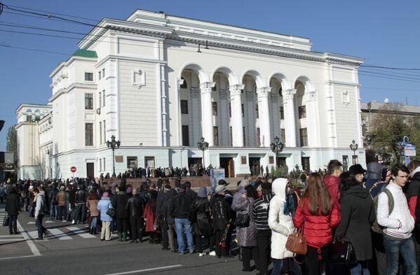 Przed budynkiem teatru ustawiło się w kolejkę kilka tysięcy ludzi z kwiatami. - Sputnik Polska
