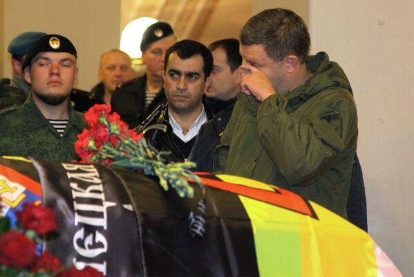 W pogrzebie dowódcy powstańców DRL Arsena Pawłowa (Motoroli) uczestniczył szef republiki Aleksander Zacharczenko, który złożył wieniec obok trumny. - Sputnik Polska