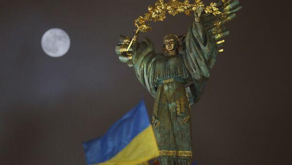 Księżyc na niebie nad Pomnikiem Niepodległości Ukrainy w Kijowie - Sputnik Polska
