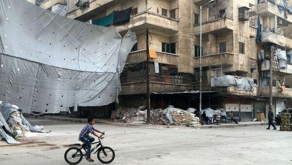 Punkt kontrolny Bustan al-Qasr w miejscu, gdzie rozpoczyna się korytarz dla bojowników, którzy zdecydowali się złożyć broń i opuścić wschodnie Aleppo - Sputnik Polska