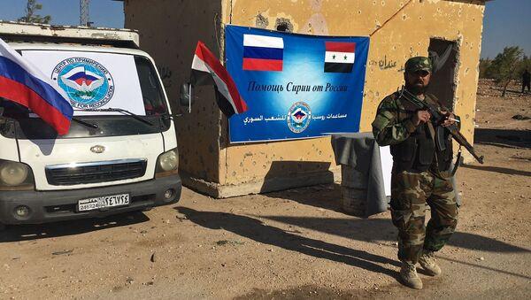Pracownik organów ścigania przy trasie Castello na północy Aleppo w Syrii - Sputnik Polska
