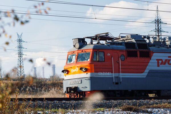 Lokomotywa jedzie po Kolei Wschodniosyberyjskiej w rejonie stacji Bolszoj Ług w obwodzie irkuckim. - Sputnik Polska