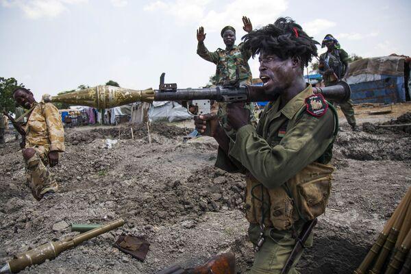 Żołnierze z Narodowo-Wyzwoleńczej Armii Sudanu w okopach w okolicach południowosudańskiego miasta Malakal - Sputnik Polska
