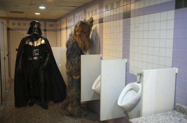 Entuzjaści przebrani za Dartha Vadera i Chewbacca w męskiej toalecie podczas 53. Antalya Film Festival w tureckiej Antalii - Sputnik Polska
