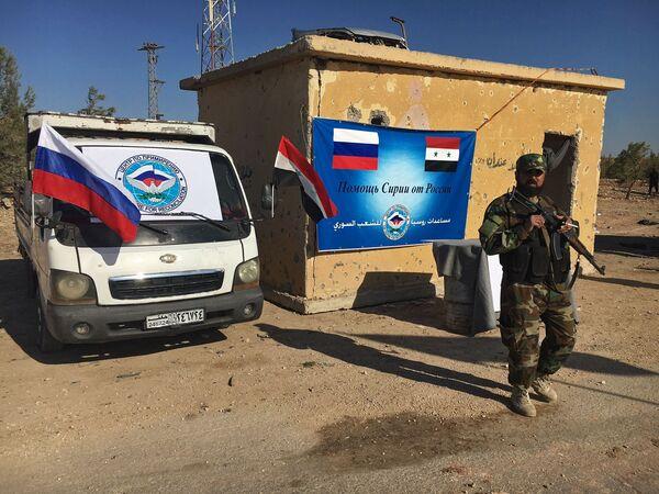 Pracownik organów porządkowych koło trasy Castello na północy Aleppo w Syrii - Sputnik Polska