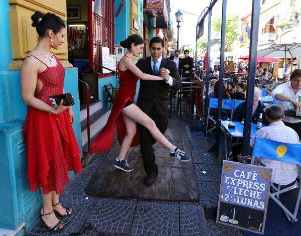 Para tańczy tango dla turystów na jednej z ulic Buenos-Aires, Argentyna - Sputnik Polska