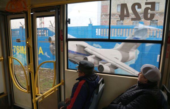 Pasażerowie tramwaju jadą obok graffiti poświęconemu historii rosyjskiego lotnictwa - Sputnik Polska