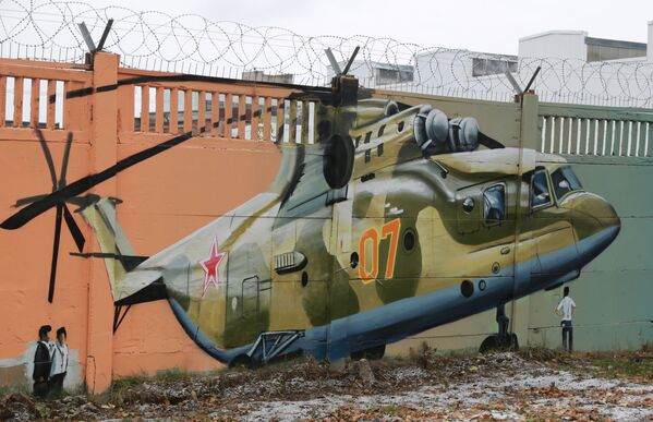 Graffiti poświęcone historii rosyjskiej awiacji na betonowym ogrodzeniu w Permie - Sputnik Polska