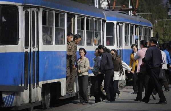 Pasażerowie wsiadają do trolejbusu w Pjongjangu - Sputnik Polska