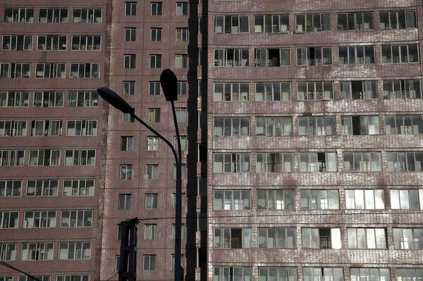 Jeden z domów mieszkalnych Pjongjangu o zachodzie słońca, Korea Północna - Sputnik Polska