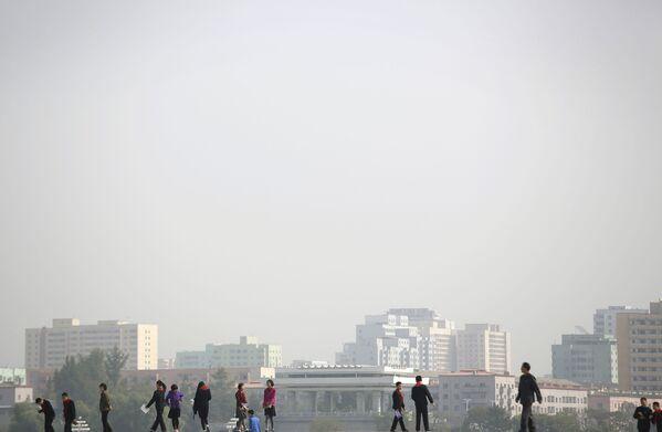 Koreańscy uczniowie na spacerze po Pjongjangu - Sputnik Polska