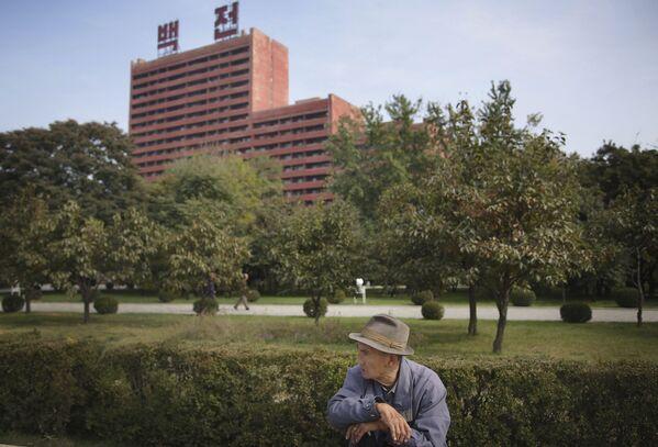 Stary Koreańczyk odpoczywa w parku w Pjongjangu - Sputnik Polska