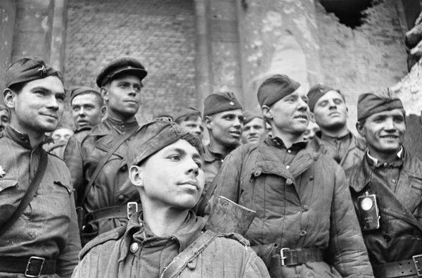 Żołnierze, którzy szturmowali Reichstag - pluton rozpoznawczy 674. Pułku Strzeleckiego 150. Indryckiej Dywizji Strzeleckiej. Na pierwszym planie - szeregowy Grigorij Bułatow. - Sputnik Polska
