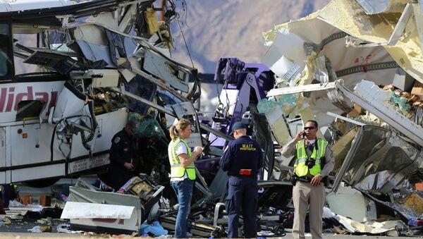 Śledczy na miejscu wypadku autobusowego w Kalifornii - Sputnik Polska