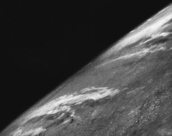 Pierwsze zdjęcie Ziemi zostało zrobione 24 października 1946 roku przez amerykańską automatyczną rakietę V-2 z suborbitalnej wysokości około 105 km. Seria zdjęć wykonana została 35-mm aparatem na czarno-białym filmie. - Sputnik Polska