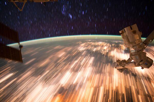 Zdjęcie Ziemi zrobione z Międzynarodowej Stacji Kosmicznej przy długo otwartej migawce. - Sputnik Polska