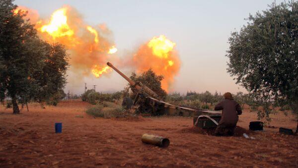 Bojownik syryjskiej opozycji prowadzi ostrzał w południowej części Aleppo - Sputnik Polska