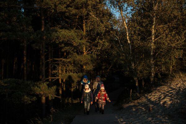 Żeby odwiedzający mogli sami odkryć zadziwiający świat Mierzei Kurońskiej, wyrządzając jej przy tym jak najmniejszą szkodę, w parku narodowym stworzono 6 tras dla pieszych. - Sputnik Polska