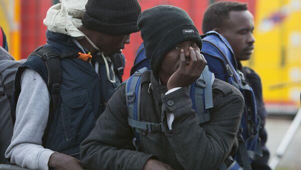 Uchodźcy w specjalnie zorganizowanym ośrodku dla imigrantów w pobliżu obozowiska w Calais we Francji - Sputnik Polska