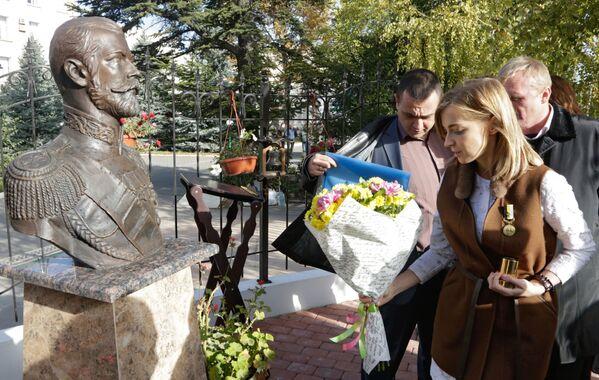 Obok kaplicy zbudowano przytulny skwer. Posadzono jałowce, tuje i brzozy, a także ukochane róże Mikołaja II – czerwone i białe. Ponadto, odsłonięto także popiersie imperatora. - Sputnik Polska