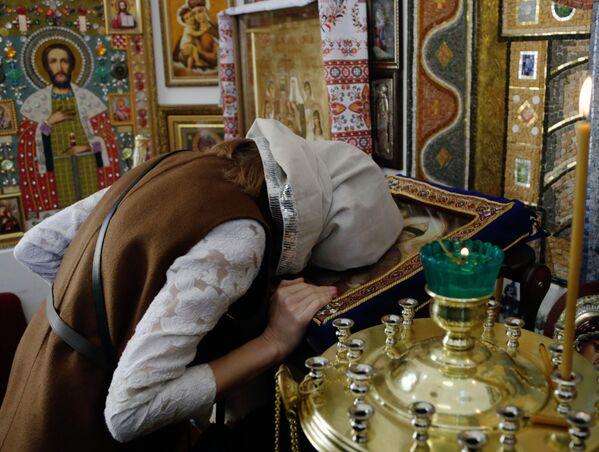Według jej słów, w kaplicy umieszczone zostały bardzo rzadkie ikony ręcznej roboty. W tym podarowane przez nią samą oraz innych parafian. - Sputnik Polska