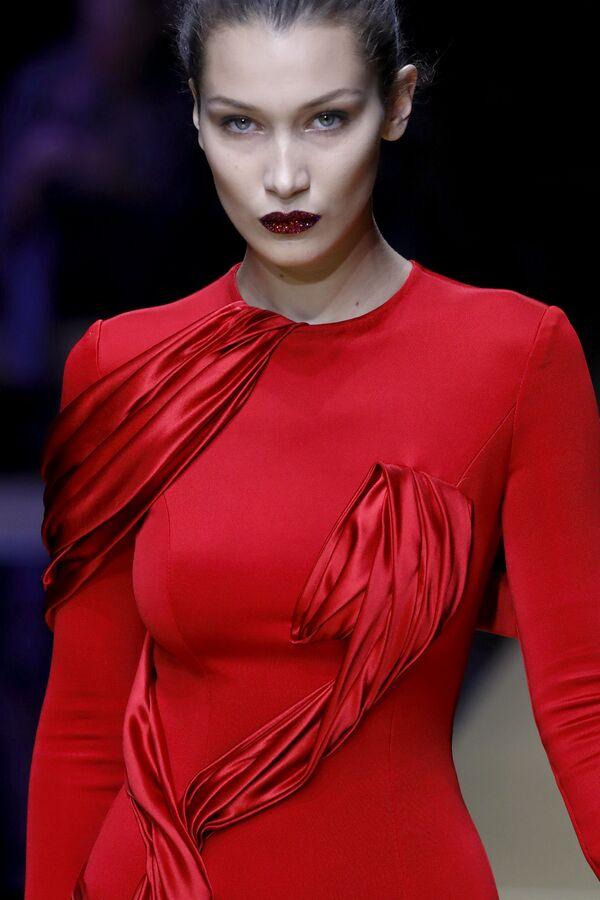 Kilka miesięcy temu Bella Hadid stała się jedną z głównych bohaterek gazet po tym, jak pojawiła się na czerwonym dywanie festiwalu filmowego w Cannes w szkarłatnej sukni z dość śmiałym rozcięciem. - Sputnik Polska